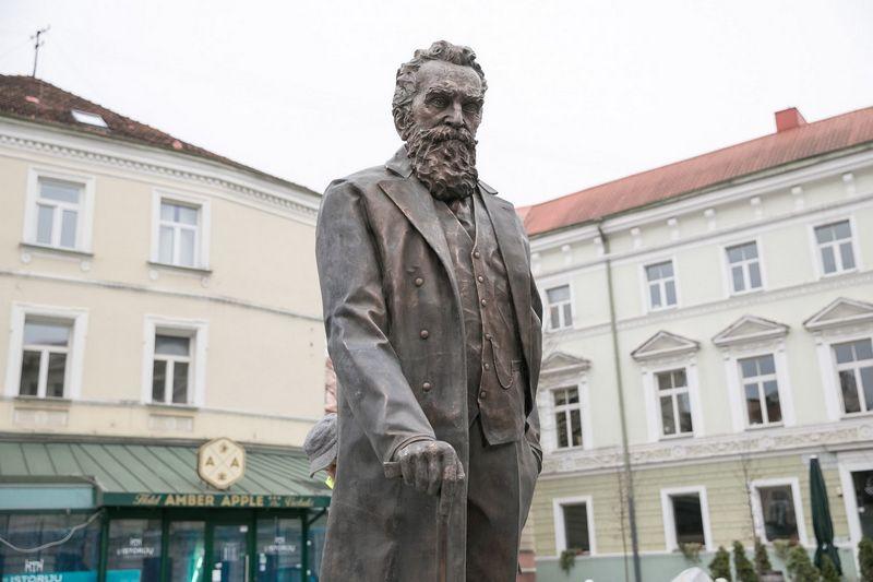 Lapkričio 23 d., penktadienį, minint 167-ąsias dr. Jono Basanavičiaus gimimo metines, priešais Nacionalinę filharmoniją Vilniuje bus atidaryta signataro vardo aikštė ir atidengtas jam skirtas paminklas. Vilniaus miesto savivaldybės nuotr.