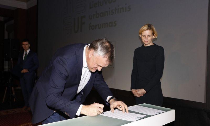 Memorandumą pasirašė Robertas Dargis, LNTPA prezidentas, ir Daiva Veličkaitė, Architektų rūmų pirmininkė. Gintarės Grigėnaitės nuotr.