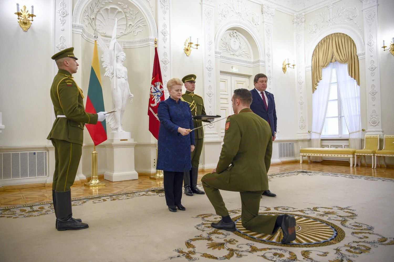 Kariuomenės šimtmečio proga nusipelniusiems kariams – prezidentės apdovanojimai