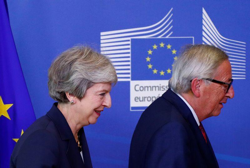 """Jungtinės Karalystės (JK) premjerė Theresa May ir Europos Komisijos pirmininkas Jeanas Claude'as Junckeris. Francois Lenoiro (""""Reuters"""" / """"Scanpix"""") nuotr."""