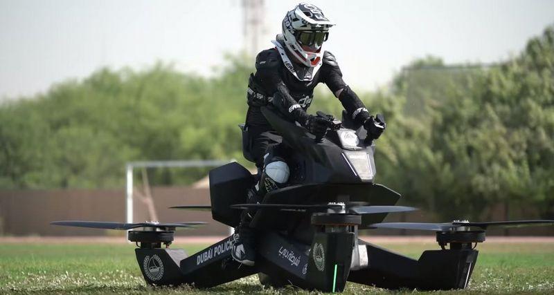 """Patruliuoti ant sklendžiančių motociklų Dubajaus pareigūnai planuoja nuo 2020 m. """"Hoversurf"""" vaizdo įrašo stop kadras."""