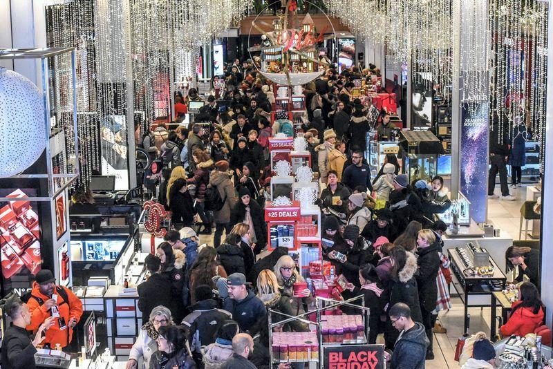 """""""Macys"""" parduotuvė Niujorke 2018 m. lapkričio 22 d. Stephanie Keitho (""""Reuters"""") nuotr."""