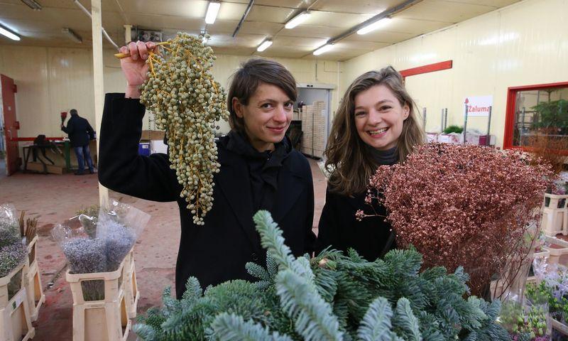 """Aurimė (kairėje) ir Ignė Aleksandravičiūtės, """"Buketų"""" įkūrėjos, renkasi gėles būsimoms puokštėms. Vladimiro Ivanovo (VŽ) nuotr."""