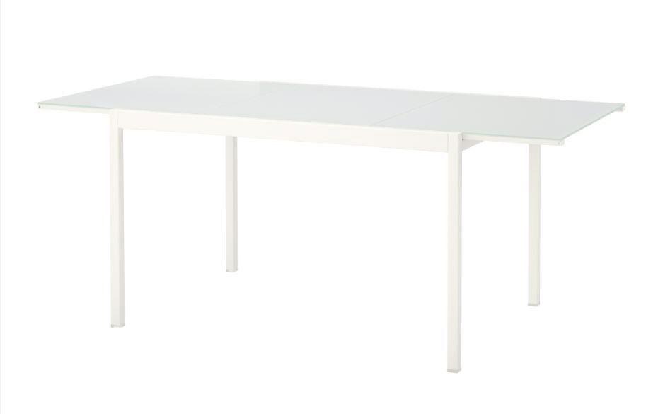 IKEA atšaukia iš rinkos dalį stalų