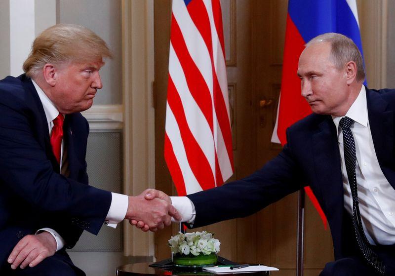 """JAV prezidentas Donaldas Trumpas ir Rusijos prezidentas Vladimiras Putinas. Kevino Lamarque (""""Reuters"""" / """"Scanpix"""") nuotr."""