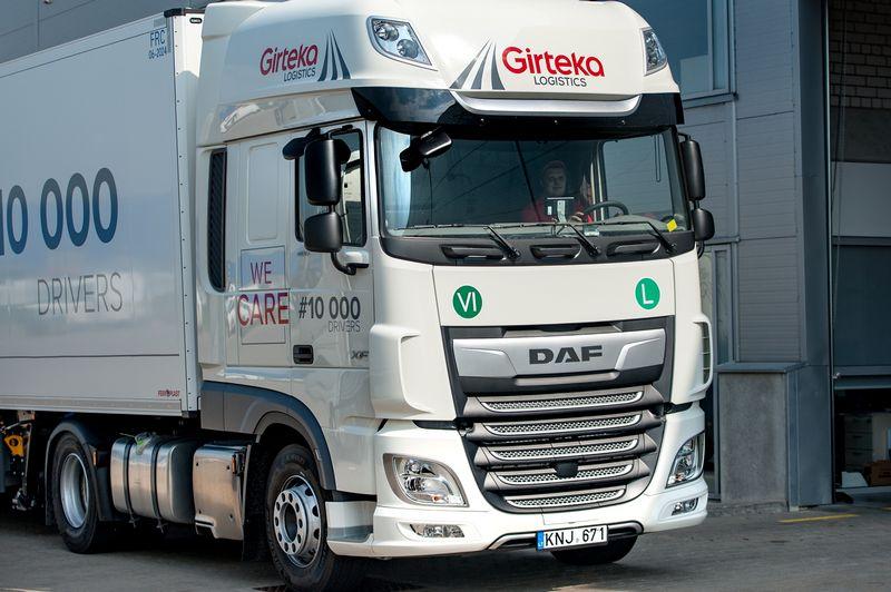 "Anksčiau ""Mercedes-Benz"" ir ""Volvo"" vilkikus pirkusi ""Girteka"" dabar giria olandiškus DAF XF. Įmonės nuotr."
