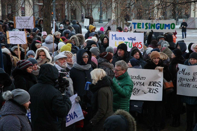 Keli šimtai pedagogų mitingavo prie Seimo