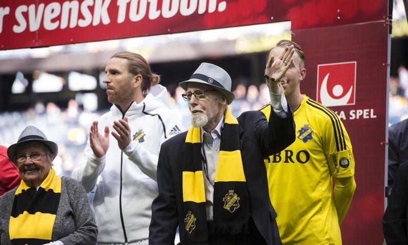"""AIK klubas tengiasi palaikyti itin artimą ryšį su savo gerbėjais. Šioje nuotraukoje pagerbiami vyriausi klubo narystę turintys sirgaliai. TT/""""Scanpix"""" nuotr."""