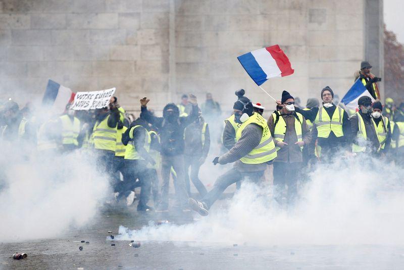 """Trečią savaitę vykstančius neramumus įžiebė kylančios degalų ir pragyvenimo kainos. Stephane'o Mahe (""""Reuters"""" / """"Scanpix"""") nuotr."""