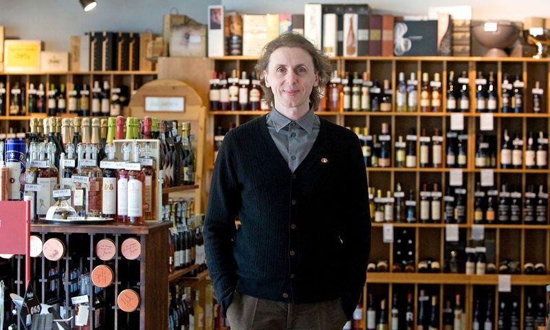 """""""Kaip dalį """"Wine in Moderation"""" programos siūlome Lietuvoje įsivesti naują ženklinimą: ant kiekvieno butelio etiketės rašyti, kiek jame yra standartinių alkoholio vienetų"""", – sako vyno ekspertas Arūnas Starkus, """"Vyno klubo"""" bendraturtis ir LSM mokymų direktorius. Vladimiro Ivanovo (VŽ) nuotr."""