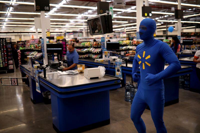 """Naujas patirtis vartotojams siūlantis """"Amazon"""" neleidžia """"Walmart"""" užsnūsti. Jose Cabezo (""""Reuters"""") nuotr."""