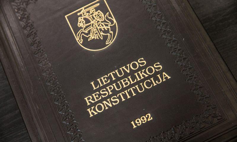 """Konstitucijoje yra straipsnis apie tai, kad """"kai pasikeičia daugiau kaip pusė ministrų Vyriausybė turi iš naujo gauti Seimo įgaliojimus"""". Juditos Grigelytės (VŽ) nuotr."""