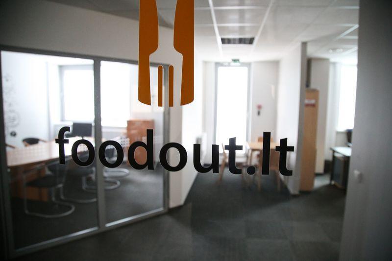 """Nurodoma, kad UAB """"Foodout.lt"""" šiuo metu turi 46 darbuotojus, bet pirmadienį įmonės biuras buvo tuščias. Vladimiro Ivanovo (VŽ) nuotr."""