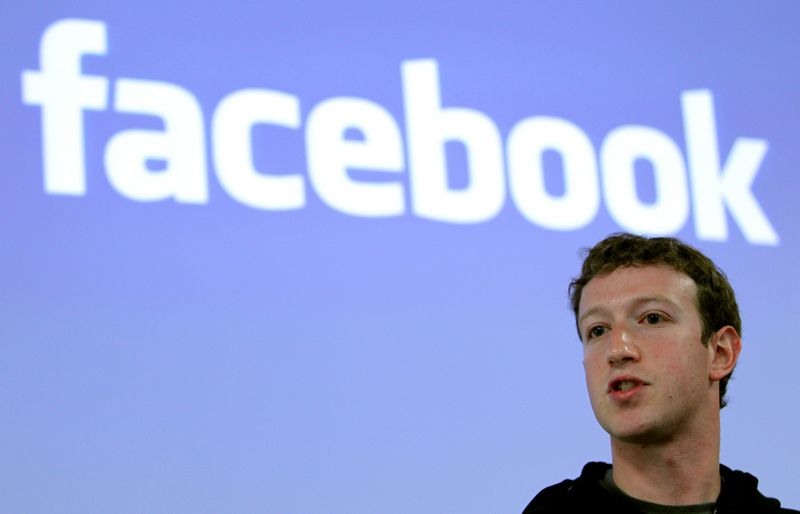 """Jei Markas Zuckerbergas neras būdo, kaip pataisyti situaciją arba, jo žodžiais tariant, kaip """"sutaisyti """"Facebook"""" (angl. fix Facebook), gali būti, kad kitais metais organizacijoje bus dar didesnių vadovybės pokyčių.  Roberto Galbraitho (""""Reuters"""" / """"Scanpix"""") nuotr."""