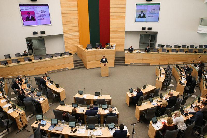 Seimo valdančioji koalicija nesutiko su opozicijos pasiūlymais dosniau finansuoti biudžetininkus. Vladimiro Ivanovo (VŽ) nuotr.