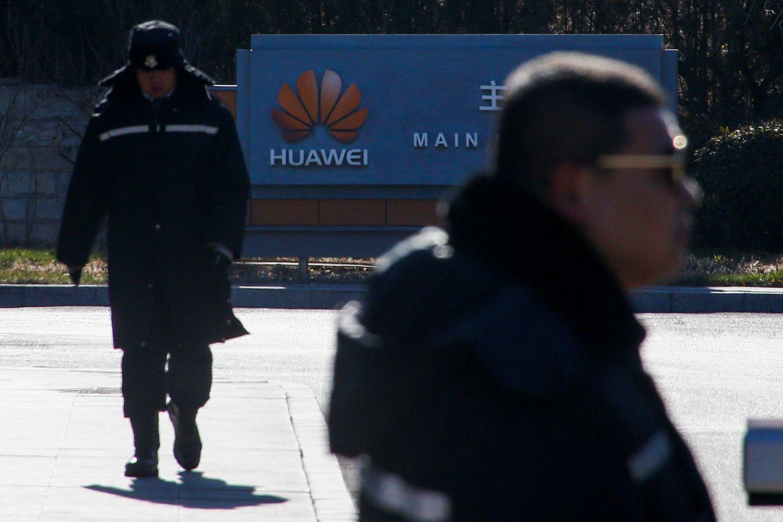 """""""Huawei"""" CFO sulaikymas purto Azijos technologijų įmonių akcijas"""