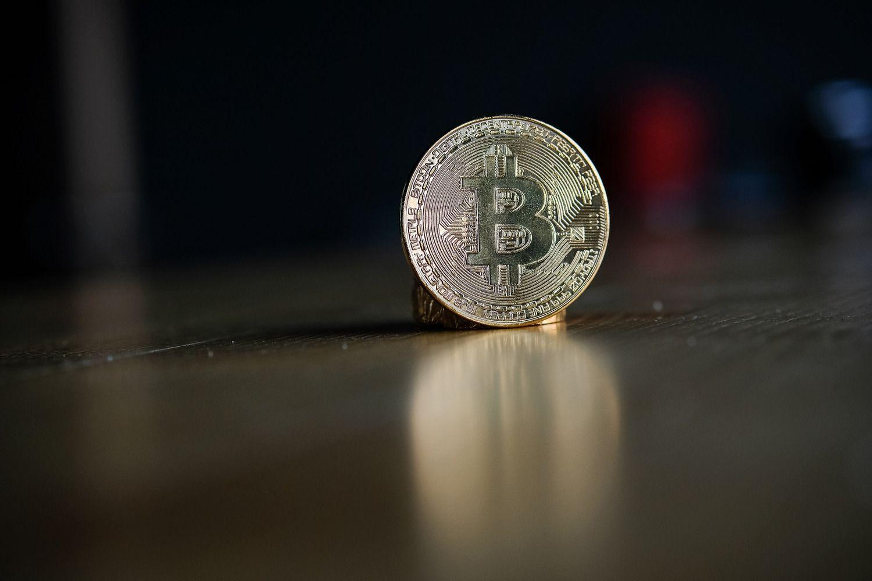 Po 11% nuosmukio bitkoinas matuojasi naujas 2018 m. žemumas