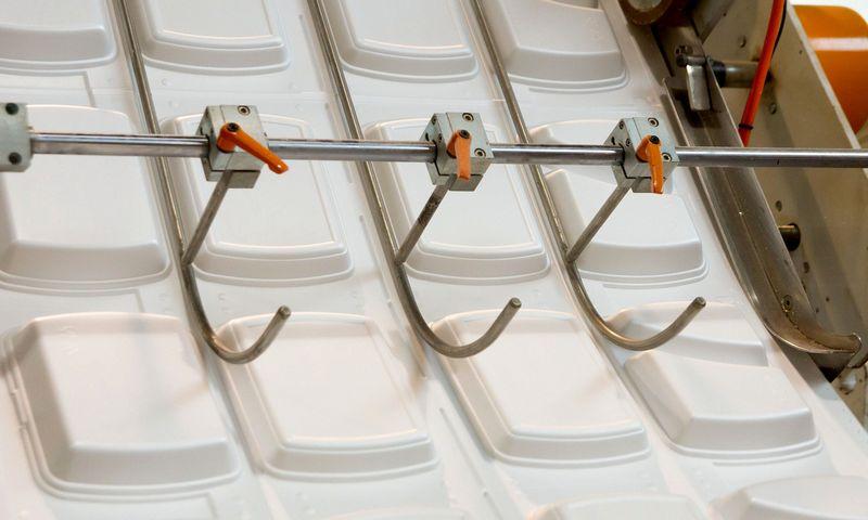 Į draudžiamų vienkartinių plastikinių daiktų sąrašą pasiūlyta įtraukti ir vienkartines maisto pakuotes iš polistireninio putplasčio, į kurias paprastai dedamas išsinešti skirtas maistas. Algimanto Kalvaičio nuotr.