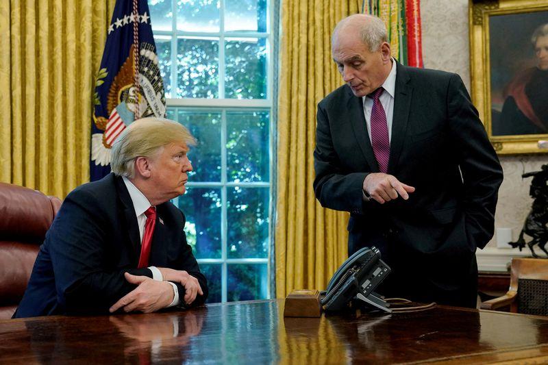 """Donaldas Trumpas ir Johnas Kelly, Baltųjų rūmų administracijos direktorius. Jonathano Ernsto (""""Reuters"""" / """"Scanpix"""") nuotr."""
