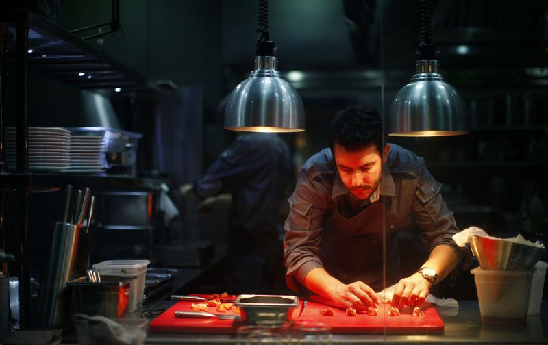 """Azijos miestų restoranai yra prikaupę nepavejamai daug """"Michelin"""" žvaigždučių. Nuotraukoje – trijomis jų įvertintas Šanchajaus """"Ultraviolet by Paul Pairet"""". Carloso Barria (""""Reuters"""" / """"Scanpix"""") nuotr."""