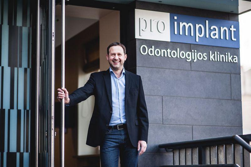 """""""Kliniką kūrėme žmogui, kad jis čia atėjęs paliktų visas odontologines bėdas, rastų jaukią aplinką, inovatyvius bei pasiteisinusius gydymo metodus"""", – sako Darius Počebutas, """"Pro-Implant"""" vadovas ir vyriausias gydytojas"""