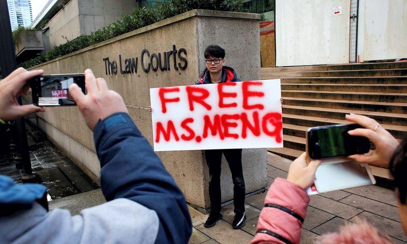 """Prie teismo pastato lūkuriuoja būrys žurnalistų ir keli protestuotojai. Davido Ryderio (""""Scanpix""""/""""Reuters"""") nuotr."""