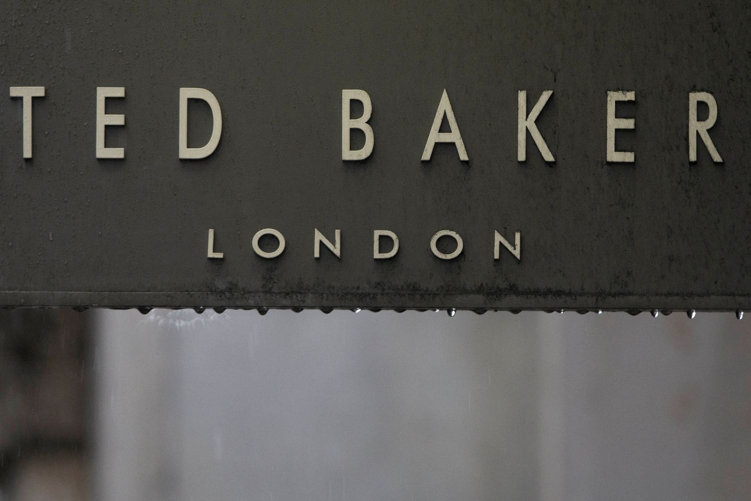 """""""Ted Baker"""" vadovas kaltinamas puoselėjęs """"priverstinių apsikabinimų"""" kultūrą"""