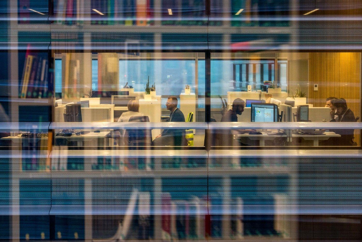 Biurų įrengimas: atsisako nuolatinių darbo vietų, kuria socialines erdves