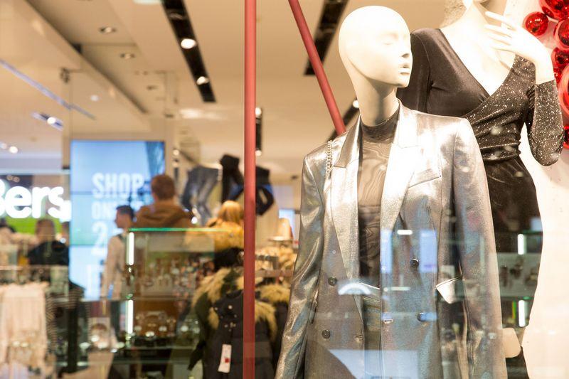 Tradiciniams prekybininkams gali tekti daugiau investuoti į prekybos salių atnaujinimą. Juditos Grigelytės (VŽ) nuotr.