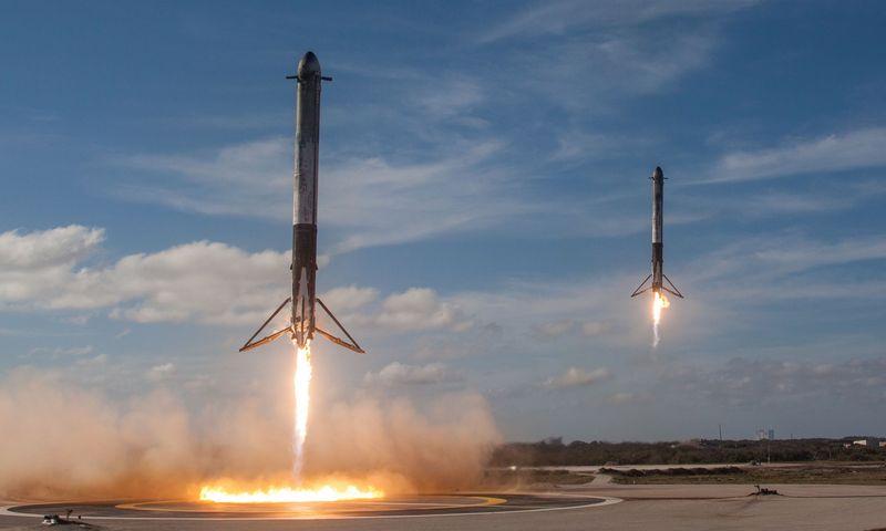 """Greičiausiai šitą nuotrauką būtų galima pavadinti 2018-ųjų svarbiausia: Žemėn leidžiasi dvi """"Falcon Heavy"""" raketos pakopos. """"Reuters"""" nuotr."""