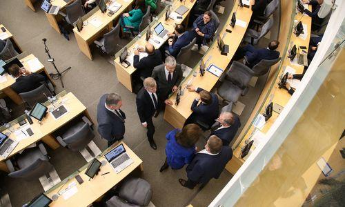 Parlamentarai pratęsė rudens sesiją