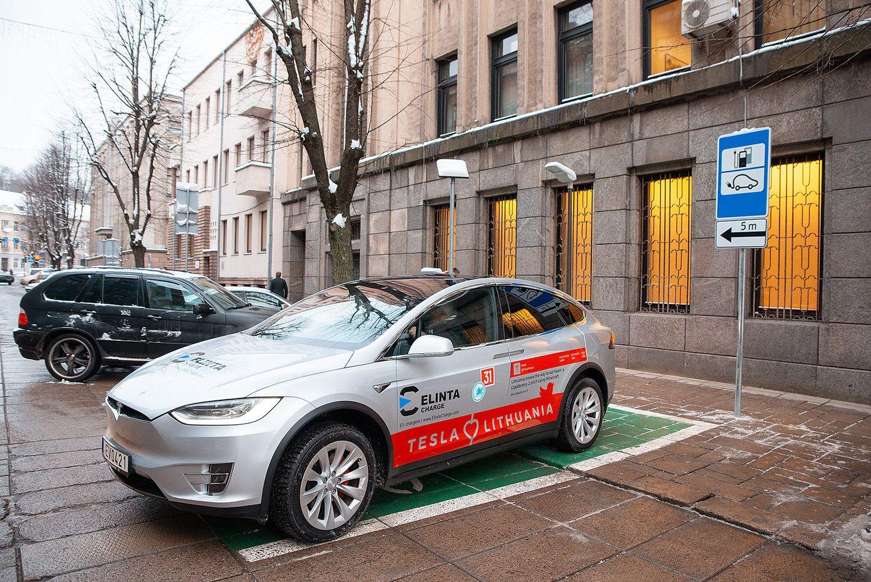 Kaunas dvigubina elektromobilių įkrovimo stotelių skaičių