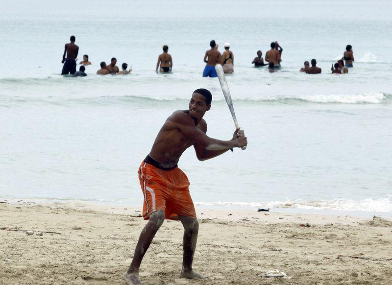 """Beisbolas Kuboje itin populiarus sportas, tačiau šalies režimas iki šiol draudė beisbolininkams išvykti į JAV. """"Reuters"""" / """"Scanpix"""" nuotr."""