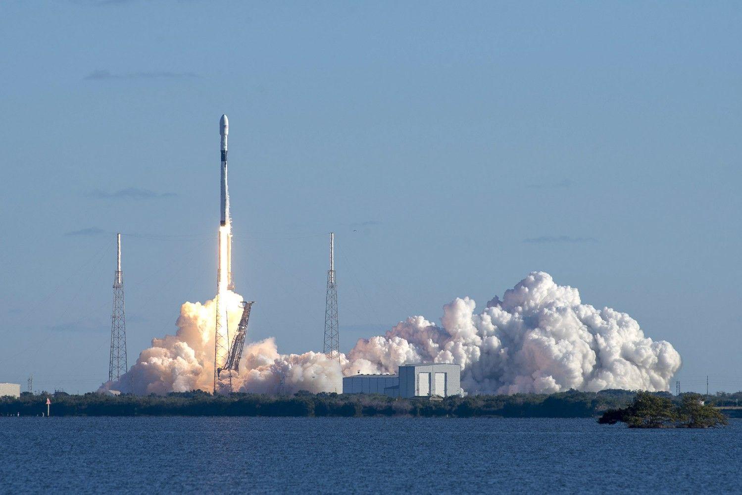 """""""SpaceX"""" paleido pirmą karinį palydovą"""