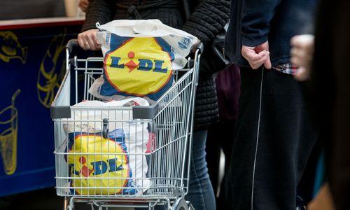 """Pirkėjai skundžiasi """"Lidl"""" pirktoje ledų pakuotėje radę skutimosi peiliuką"""