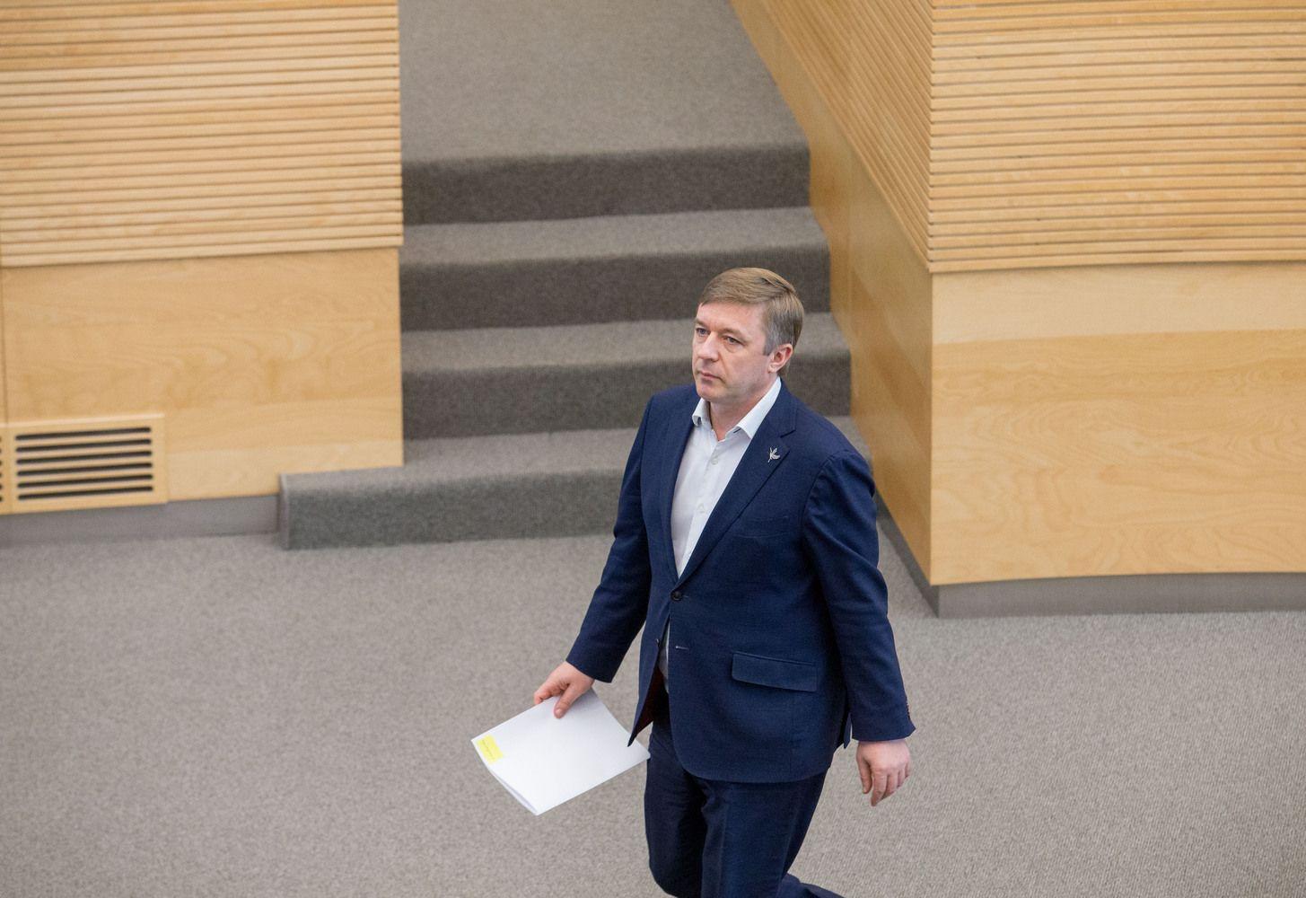"""Parlamentarų padėjėjų algos """"į rankas"""" augs daugiau kaip šimtu eurų"""