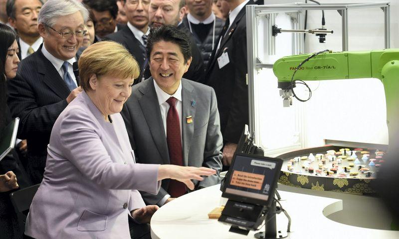 "Angela Merkel, Vokietijos kanclerė ir Shinzo Abe, Japonijos premjeras, 2017 m. ""CeBit"" parodoje. Fabian Bimmer (""Scanpix""/""Reuters"") nuotr."