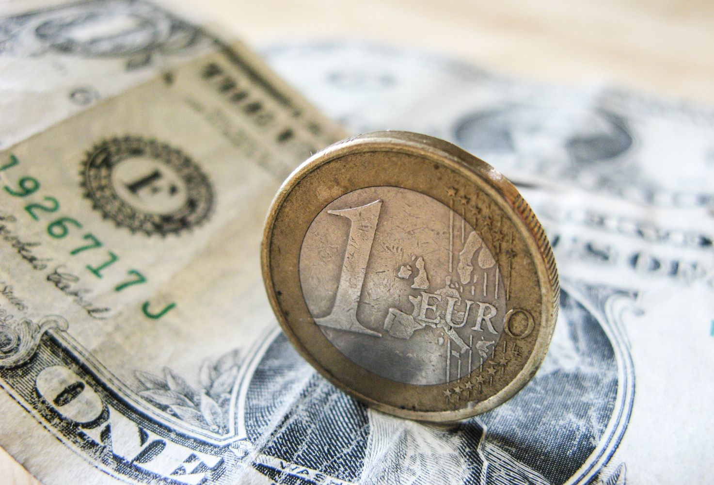 Dvidešimtmečio sulaukusio euro taikinys – dolerio užimtos teritorijos