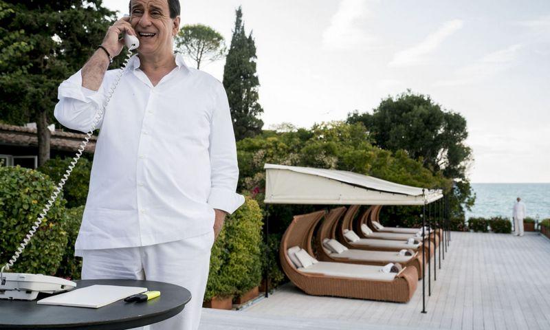 """Aktorius Toni Servillo, režisieriaus Paolo Sorrentino bendražygis. Kadras iš kino filmo """"Silvio""""."""