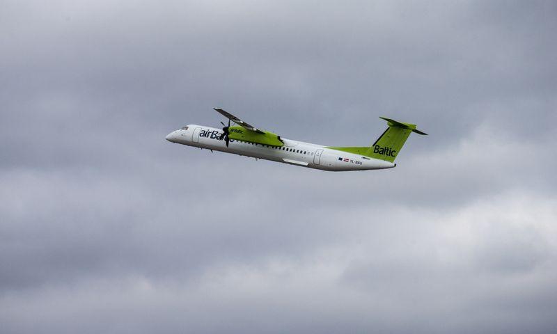 """Iš Vilniaus oro uosto kylantis airBaltic"""" lėktuvas. Juditos Grigelytės (VŽ) nuotr."""