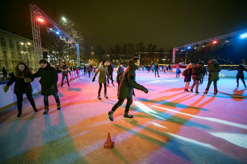Skaičiuojama, kad šventiniu laikotarpiu čiuožyklą Lukiškių aikštėje aplankė 8.000 žmonių. Vilniaus miesto savivaldybės nuotr.