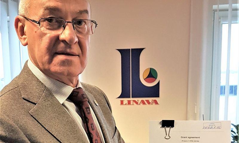 """M. Atroškevičius pasirašė susitarimą dėl finansavimo su IRU. """"Linavos"""" nuotr."""