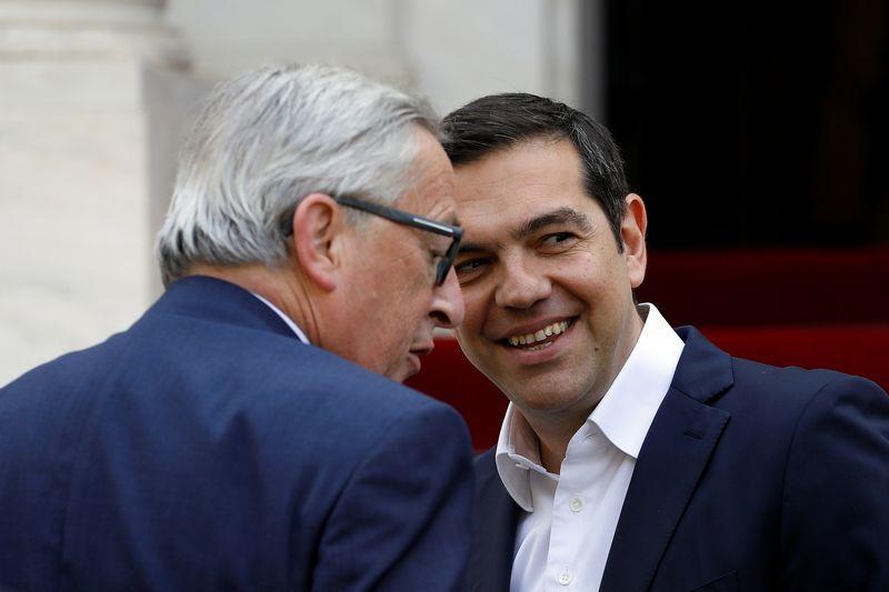 """Jeanas Claude'as Junckeris, Europos Komisijos pirmininkas (kairėje), ir Alexis Tsipras, Graikijos premjeras (dešinėje). Alkio Konstantinidžio (""""Reuters"""" / """"Scanpix"""") nuotr."""