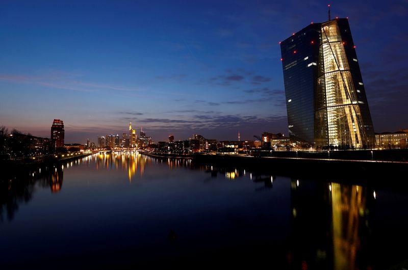 "Frankfurtas. Kai Pfaffenbacho (""Reuters"" / ""Scanpix"") nuotr."