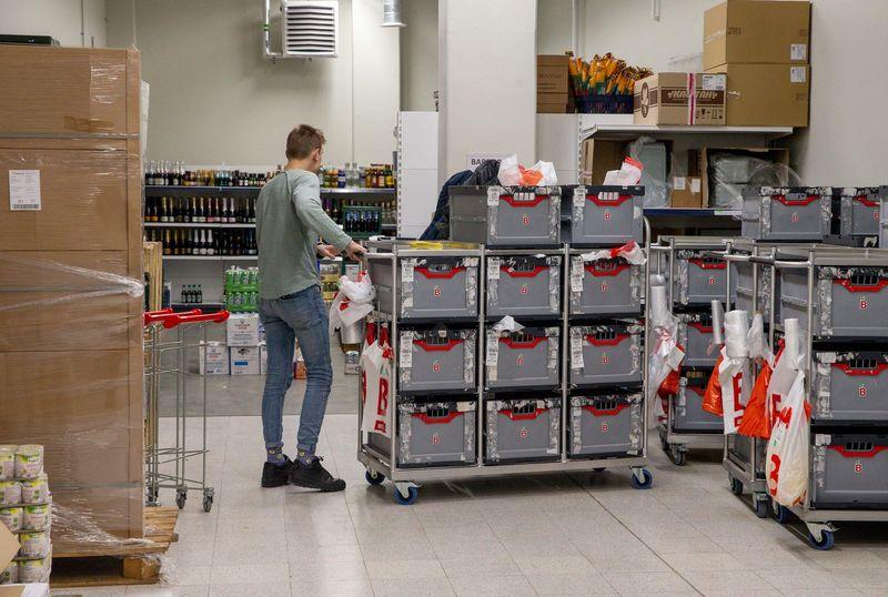 """""""Barboros"""" darbuotojai analizuoja kitose pasaulio valstybėse išbandomus maisto prekių pristatymo variantus. Juditos Grigelytės (VŽ) nuotr."""