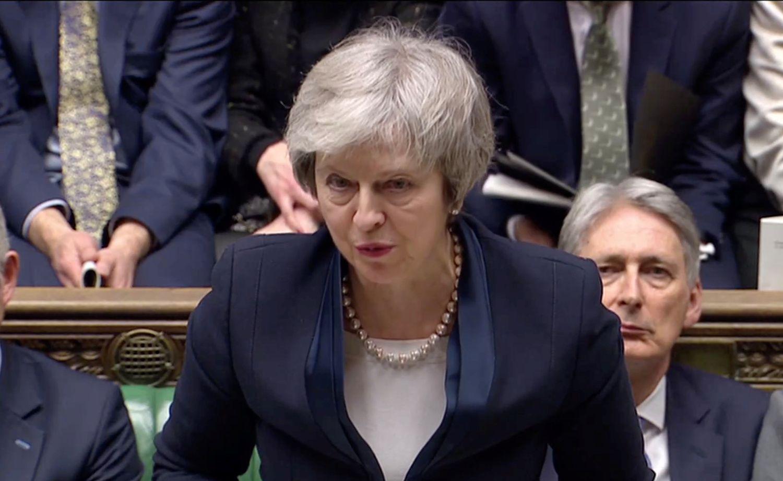 """Th. May """"Brexit"""" susitarimas sutriuškintas, rengiamas balsavimas dėl pasitikėjimo vyriausybe"""