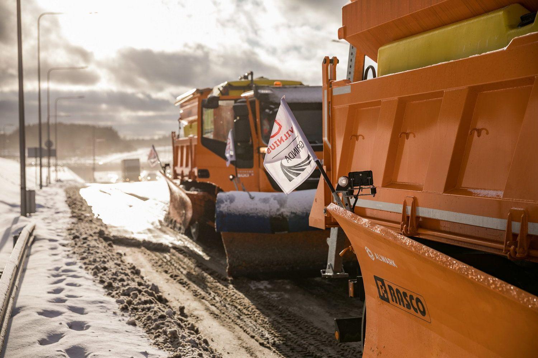 """""""Grinda"""" už 1,7 mln. Eur įsigijo 12 sunkvežimių-savivarčių su valymo ir barstymo įranga"""