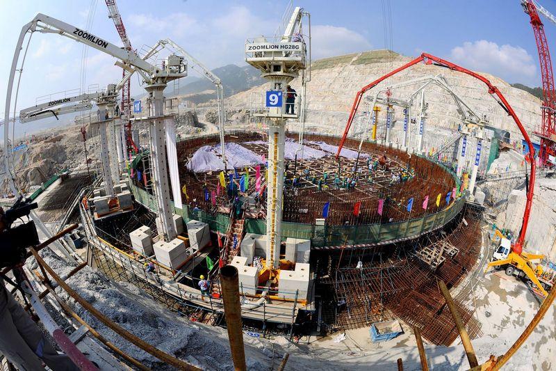 """Branduolinių jėgainių statyba tampa Rusijos ir Kinijos dominuojama industrija. Nuotraukoje – didžiausia bendra Kinijos ir Prancūzijos investicija energetikos srityje – Taishano branduolinė jėgainė. """"Xinhua"""" / """"Scanpix"""" nuotr."""
