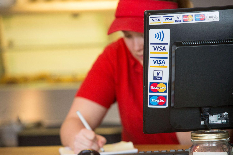 LB: prekybininkai negali imti mokesčio už atsiskaitymus kortelėmis