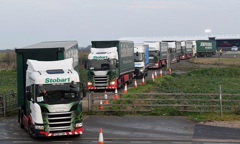 """Doverio uoste rengti mokymai tikrinti vilkikus atsiradus muitinės procedūroms tarp JK ir ES.Toby Melville (""""Reuters"""" / """"Scanpix"""") nuotr."""